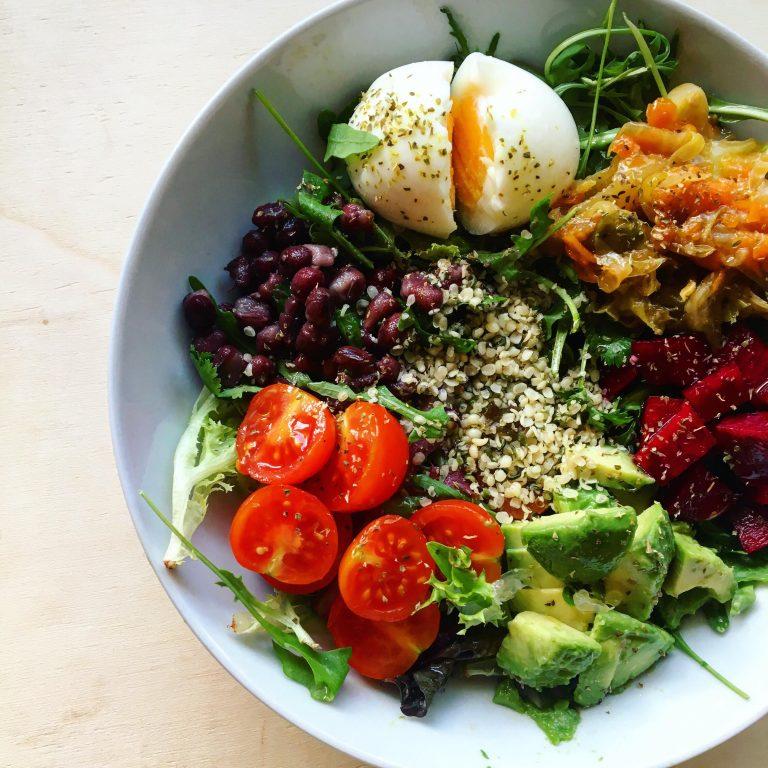 Refeições de verão - salada colorida saudável